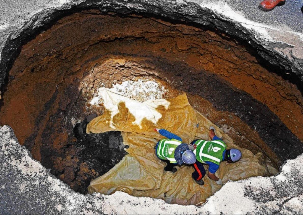 번영로 도시고속도로 싱크홀 발생현장 토사유실 방지작업(사진제공:국제신문) 이미지1번째