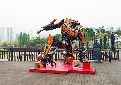 부산시민공원에 전시된 대형 로봇작품 사진