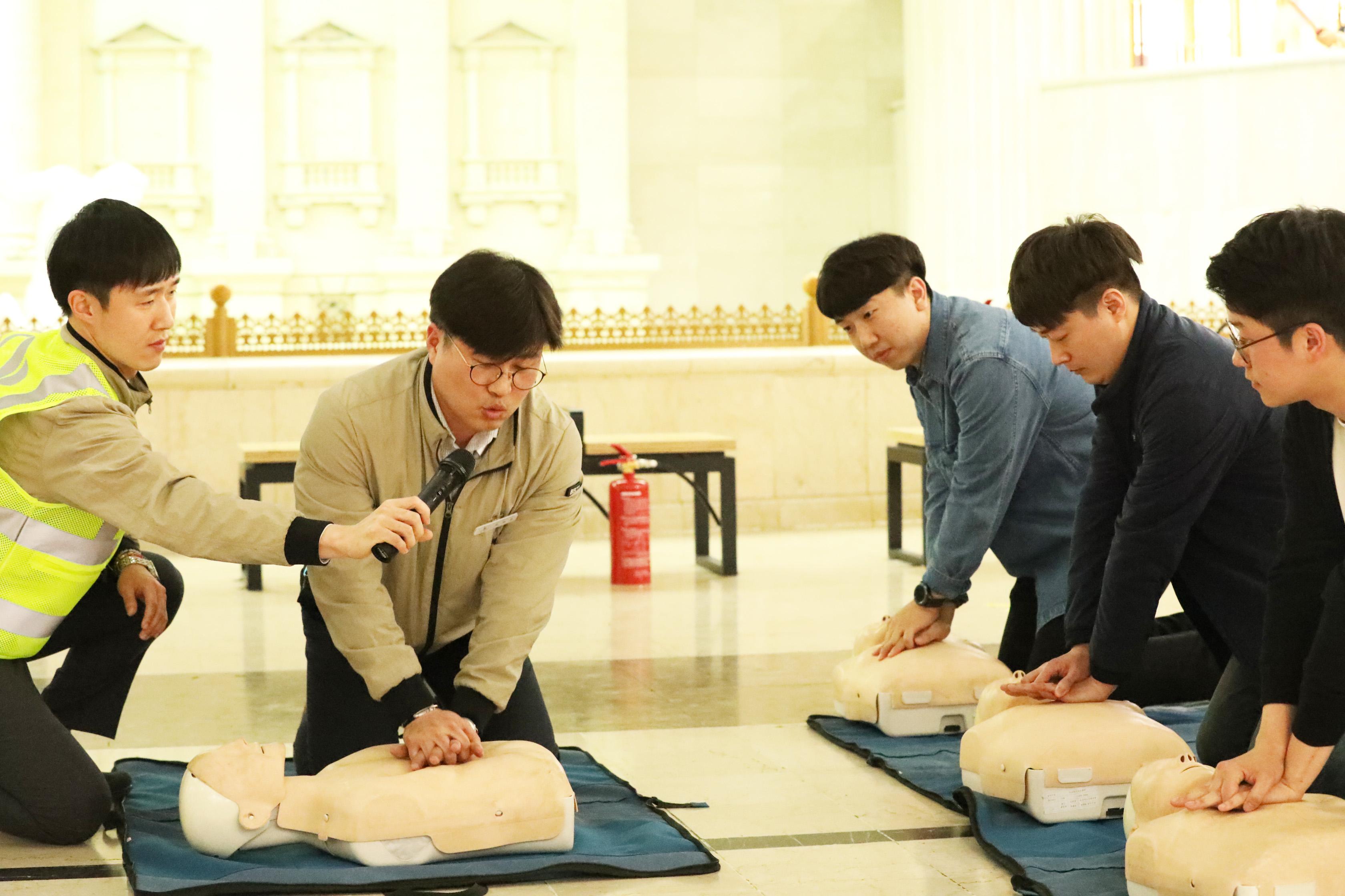 2014년 모방송을 통해 시민영웅으로 소개된 바 있는 부산시설공단 주원중 차장이 시민과 함께 심폐소생술을 직접 시연하고 있다.