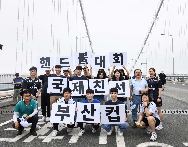 - 2019 부산시설공단 여자핸드볼팀 & 대학생홍보단 바다위 걷다 - 이미지1번째