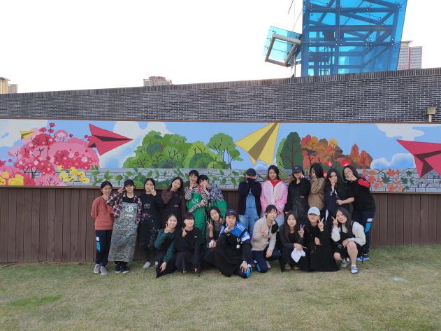 청소년 재능기부로 부산시민공원 벽면 사계절 벽화 깜짝 조성 이미지1번째