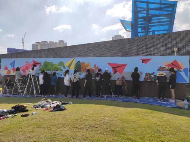 청소년 재능기부로 부산시민공원 벽면 사계절 벽화 깜짝 조성 이미지2번째